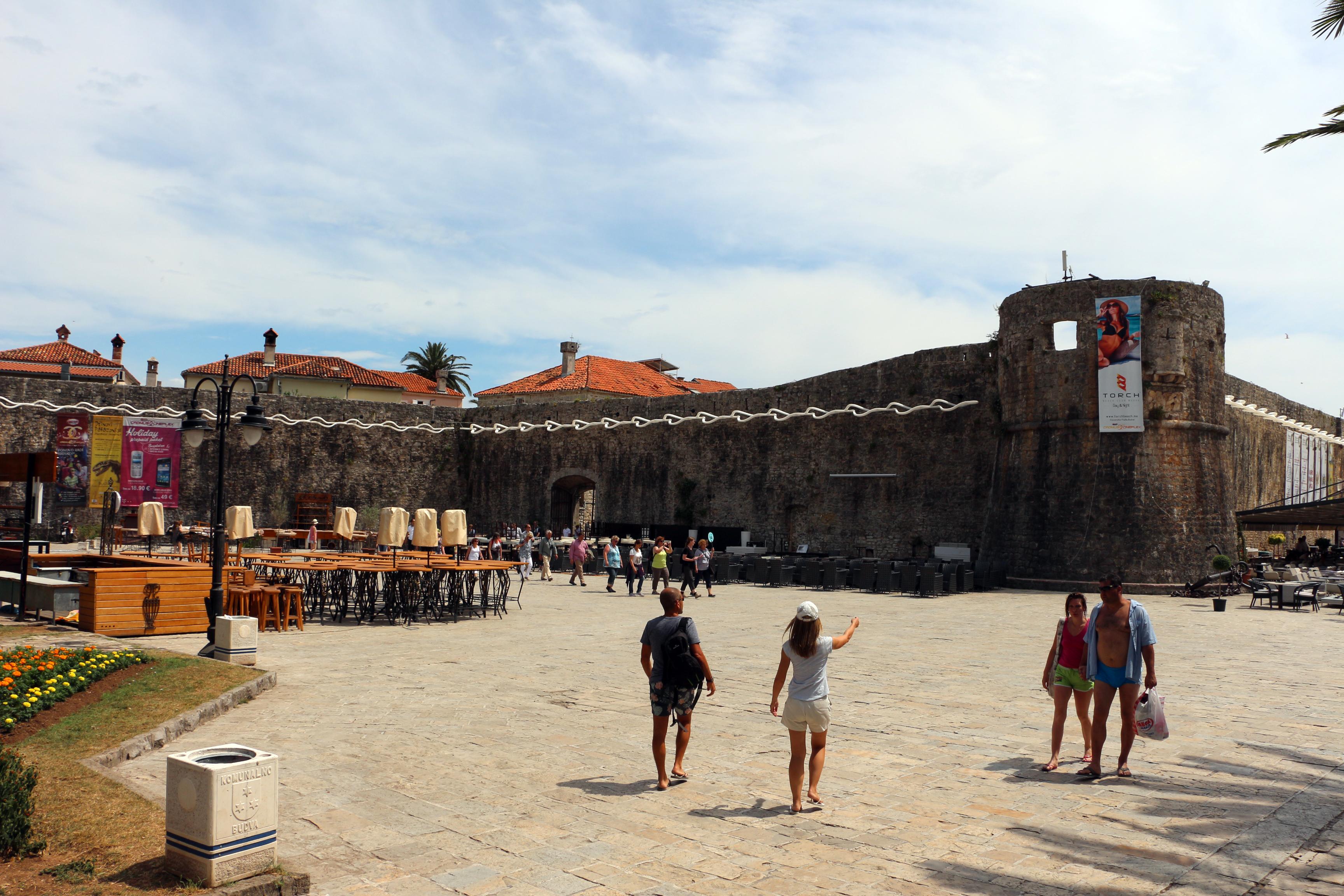 Budva - ispred zidina starog grada